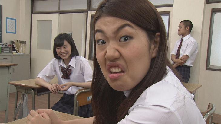 女子高校生の姿で変顔をする芸人、横澤夏子