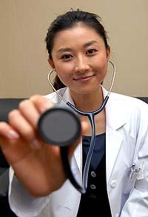聴診器をもっている菊川怜
