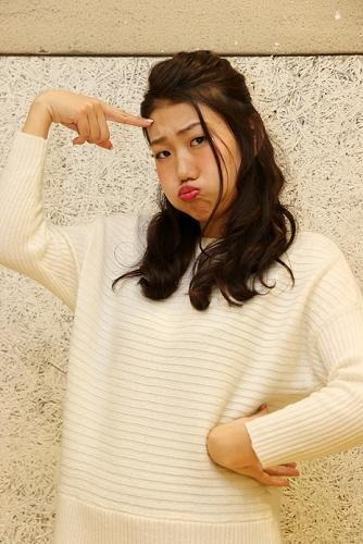 おでこに指を当て、困り顔をする芸人、横澤夏子