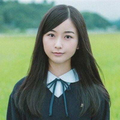 制服姿の佐々木琴子さん
