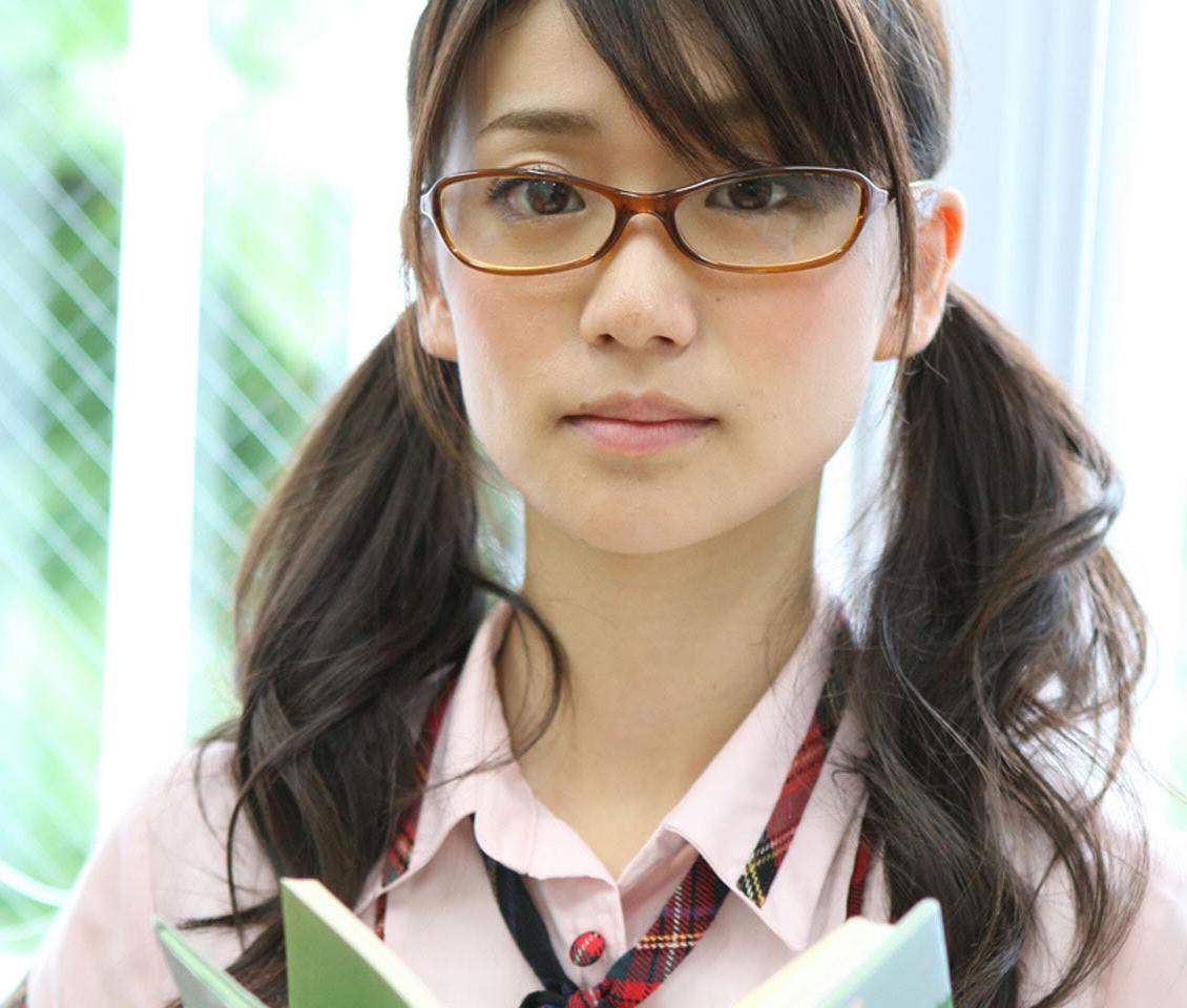 メガネをかけた柏木由紀さん